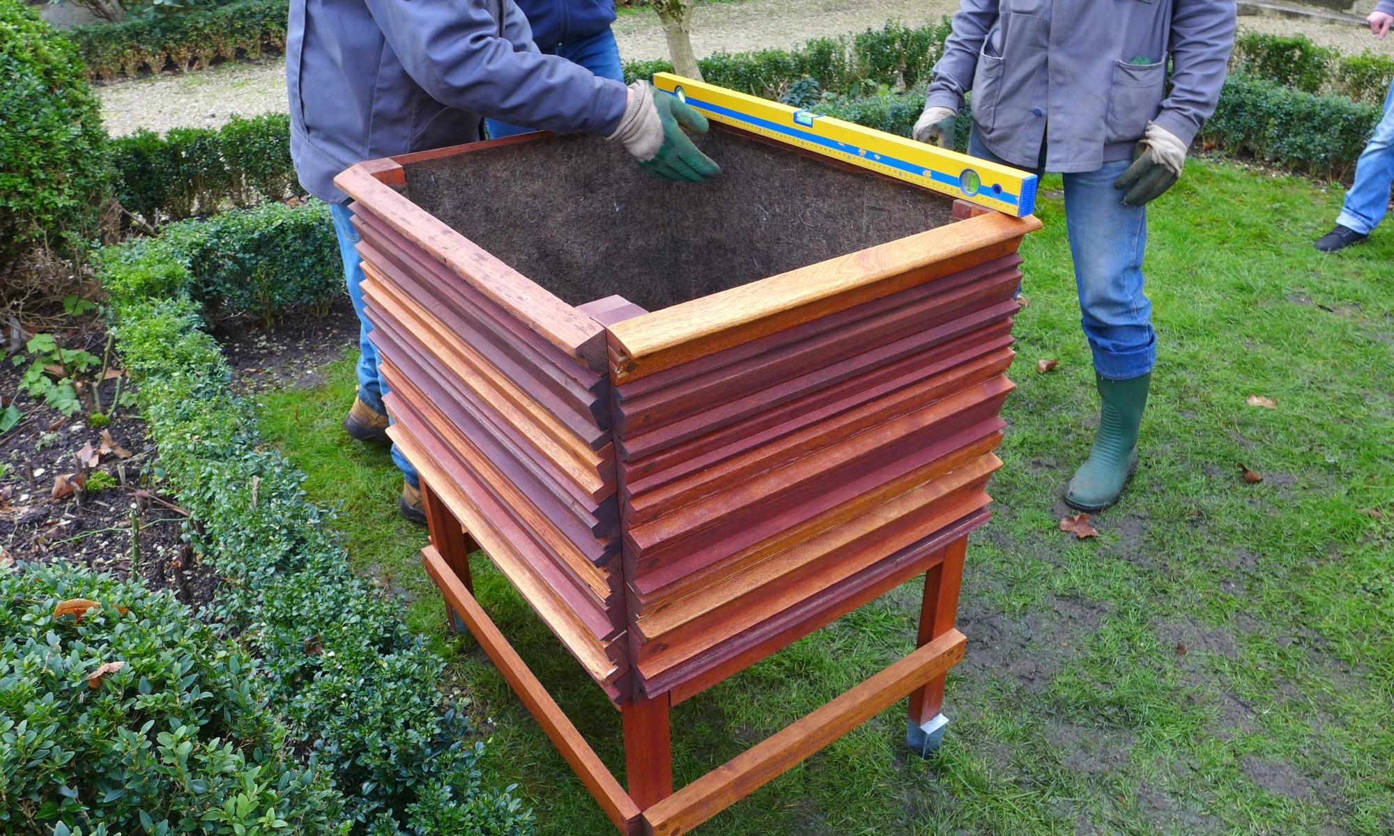 Installation de jardinières recyclées dans les jardins du ministère de la transition écologique et solidaire